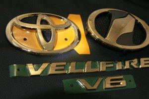画像1: 送料無料 ゴールドメッキエンブレム 【トヨタ ヴェルファイア20系 前期/後期共通】 4点セット フロントグリル用オーナメント、リアトヨタマーク、ヴェルファイア文字、V6